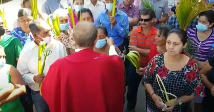 Polémica en Honduras por sacerdote que arrancó mascarilla a feligreses