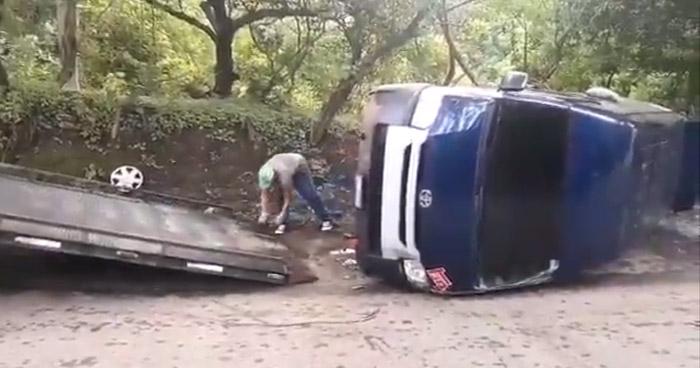 Microbús que transportaba estudiantes universitarios vuelca en carretera a Rosario de Mora