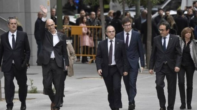 Justicia de España ordena prisión sin fianza para 8 miembros del gobierno de Cataluña destituido