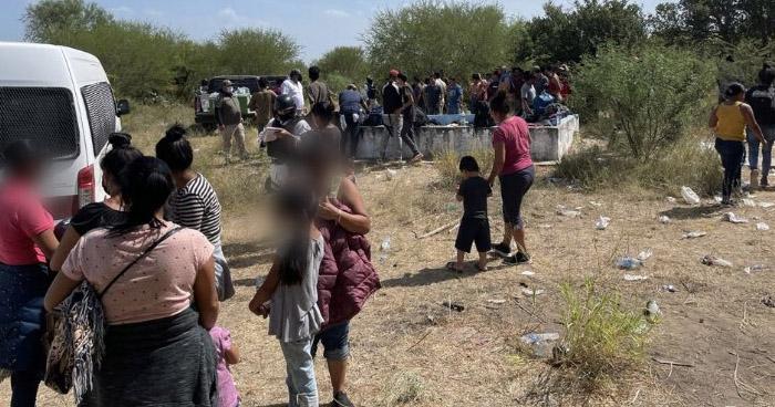 Rescatan a 162 migrantes abandonados en una bodega en México