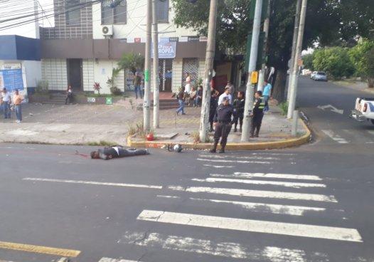 Motociclista muere tras accidentarse sobre la Alameda Roosevelt de San Salvador