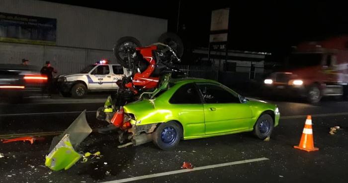 Motociclista resulta gravemente lesionado tras impactar contra un vehículo en el bulevar del ejercito