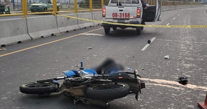 Agente de la PNC muere al chocar contra camión de volteo en Zacatecoluca