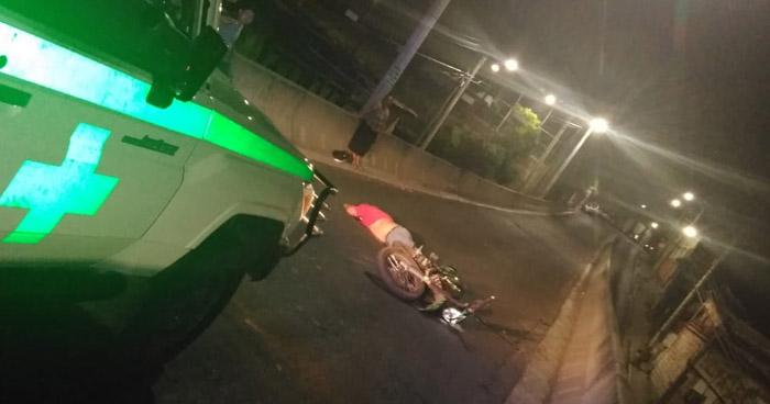 Motociclista muere al accidentarse en paso desnivel del Barrio La Vega