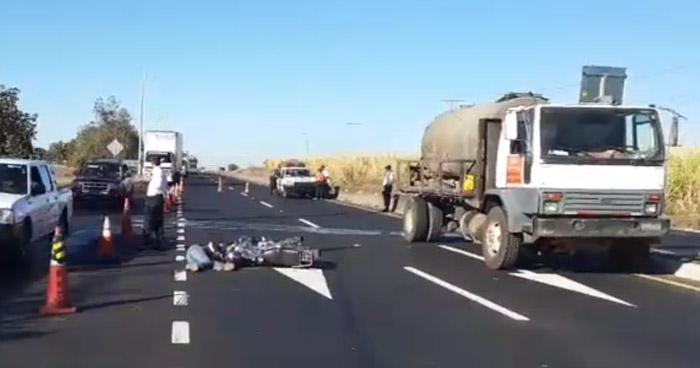 Motociclista muere al chocar con camión por conducir a excesiva velocidad