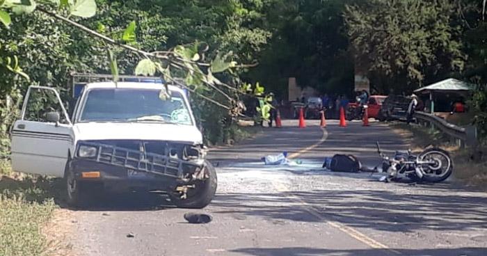 Motociclista muere al chocar por invadir carril contrario en Usulután