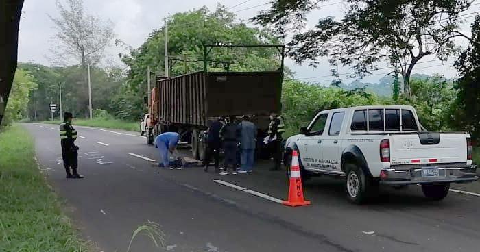 Muere motociclista al chocar contra un camión en carretera a Santa Ana