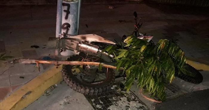 Motociclista murió al impactar contra un poste en carretera antigua a Zacatecoluca