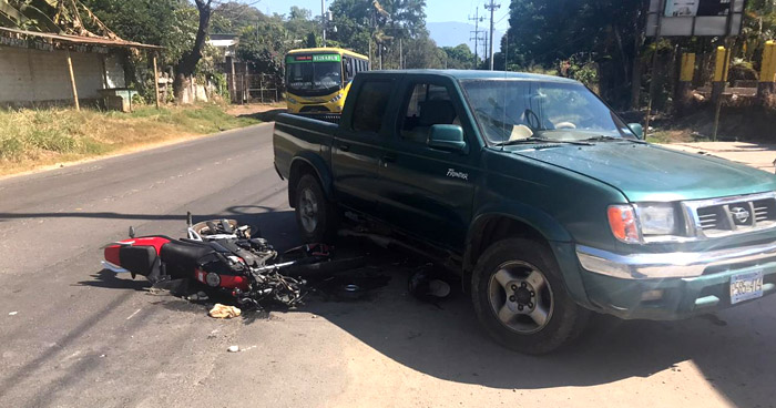 Motociclista muere al chocar contra un pick up en Ciudad Arce