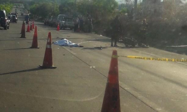 Motociclista muere tras ser embestido por un auto en carretera de Oro