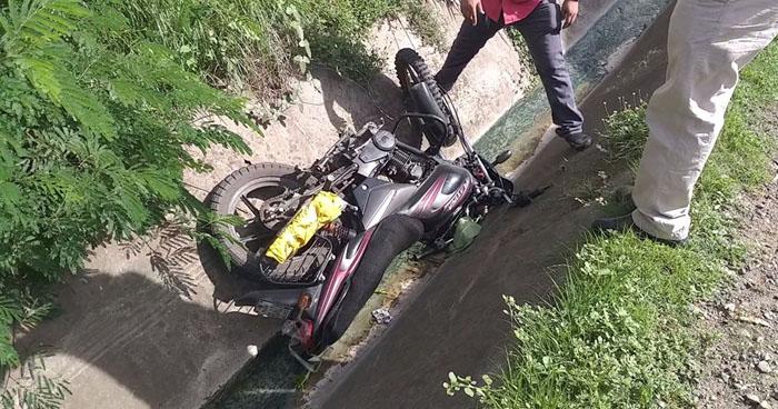 Motociclista embestido por un particular al sobrepasar de forma imprudente