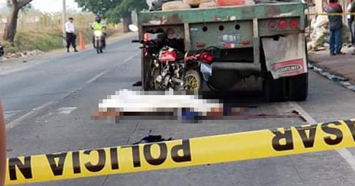 Dos personas a bordo de una motocicleta mueren al chocar contra una rastra en Santa Ana