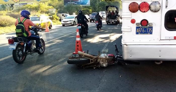 Motociclista muere al chocar por sobrepasar en carretera de San Miguel