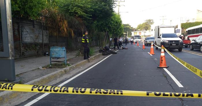 Mueren 2 motociclistas tras impactar contra un árbol en el bulevar Tutunichapa