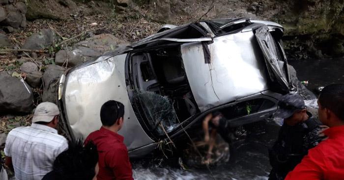 Una mujer murió tras precipitarse con todo y vehículo a un barranco en la autopista a Los Chorros