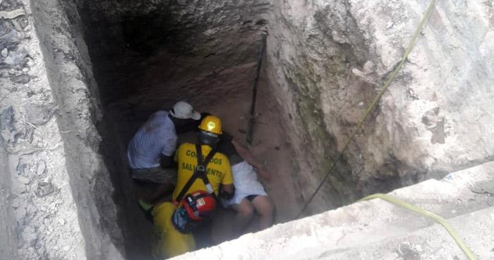 Rescatan a mujer tras caer a una fosa en construcción en Ciudad Arce