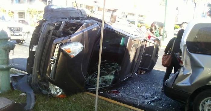 Mujer en estado de ebriedad provoca accidente de transito y vuelca camioneta frente a las Fuentes Beethoven