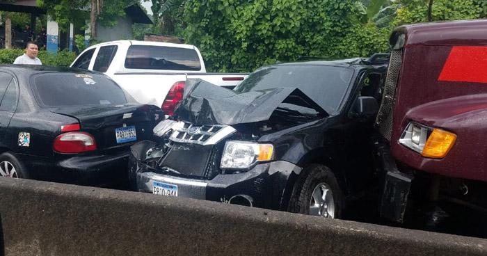 Múltiple accidente de tránsito provoca caos vehicular en carretera de Sonsonate