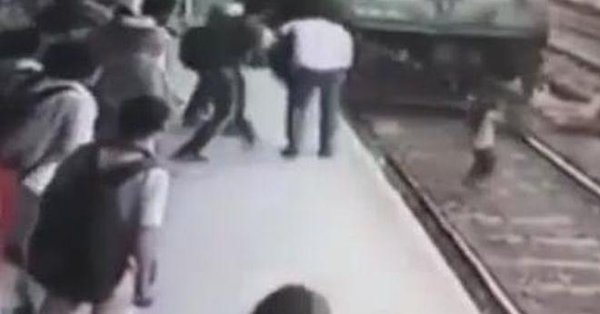 VIDEO | Mujer sobrevive tras ser arrollada por un tren en la India