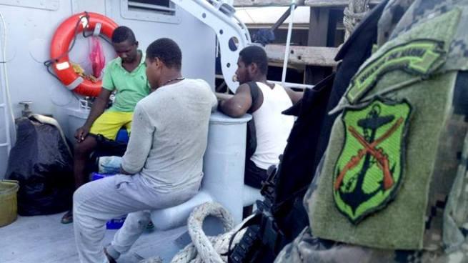 Fuerza Naval rescata a 10 extranjeros náufragos en Acajutla
