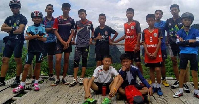 Hallan con vida al equipo de fútbol y al entrenador atrapados desde hace 10 días en una cueva en Tailandia