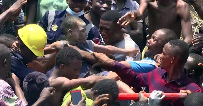 Más de 100 niños atrapados entre escombros tras colapso de una escuela en Nigeria