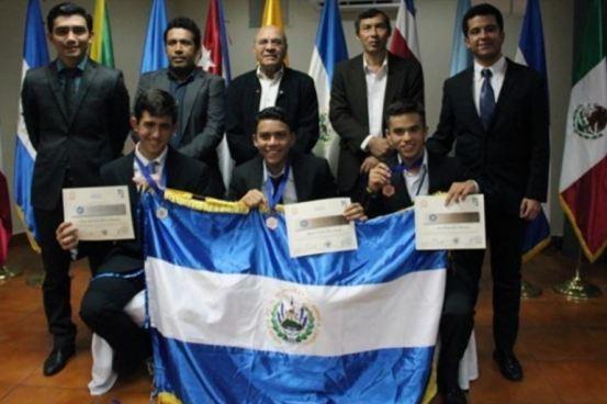 Salvadoreños reciben medalla de plata y bronce en Olimpiada de Matemática
