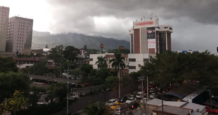 Probabilidad de lluvia acompañada de actividad eléctrica por paso de una Onda Tropical