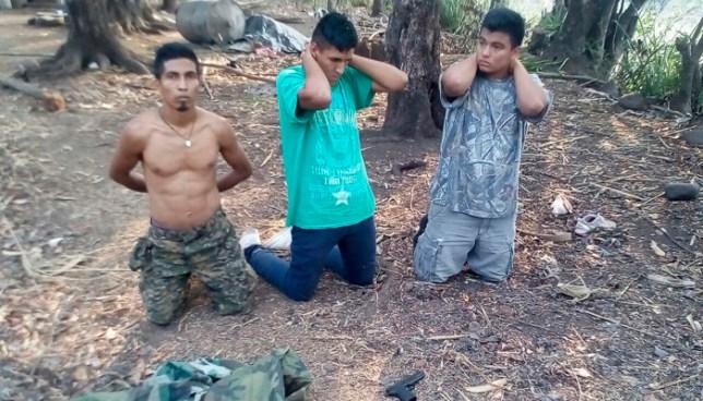 Capturan a pandilleros con varias porciones de droga y un uniforme militar en Ahuachapán