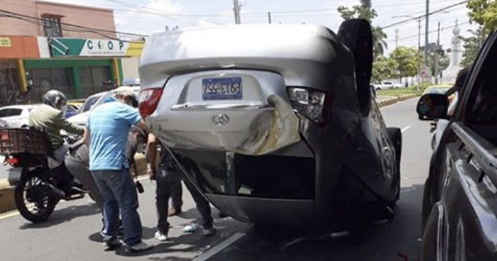 Vehículo volcado tras choque en Paseo General Escalón