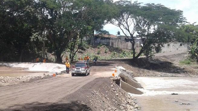Habilitan paso provisional sobre el río Motochico en Chalatenango