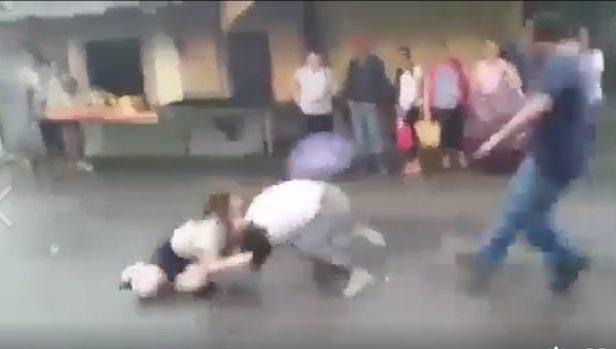 VÍDEO: Chicas de un instituto de San Bartolo protagonizan una pelea bajo la lluvia