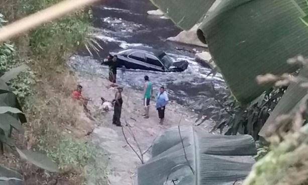 Hombre muere luego de caer, junto a su vehículo, a un barranco de 30 metros de profundidad en Apopa