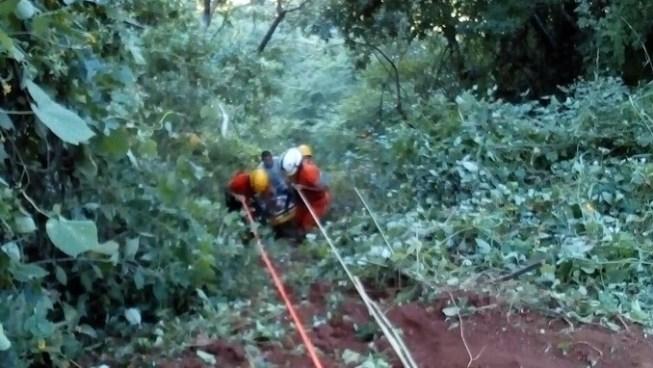 Un muerto y un lesionado luego que se lazaran de un taxi que cayó a un barranco en Chirilagua