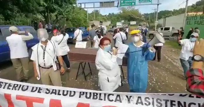 Personal médico cierra calles para exigir a diputados aprueben 15 días más de Cuarentena