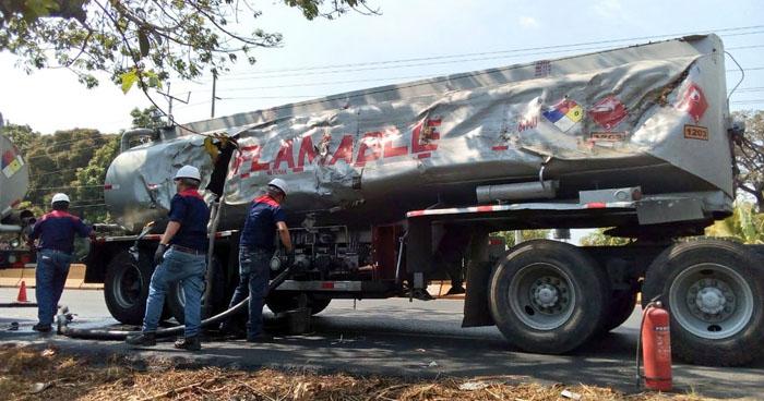 Pipa derramó varios litros de gasolina luego de chocar contra un árbol en Sonsonate