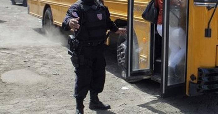 Policía acusado de agredir a un hombre por orinar en la calle enfrentará proceso en libertad