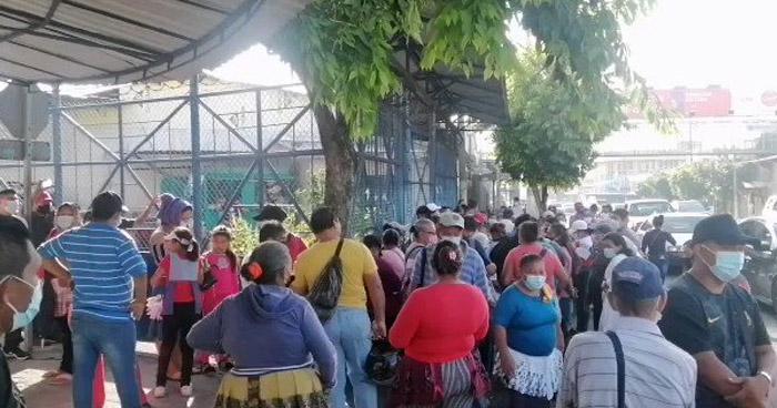 Vendedores protestan frente a la alcaldía de San Salvador por desalojos