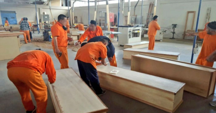 Presos construyen ataúdes para los muertos por COVID-19 en Ecuador