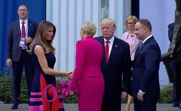 Primera dama de Polonia deja a Donald Trump 'con la mano estirada'