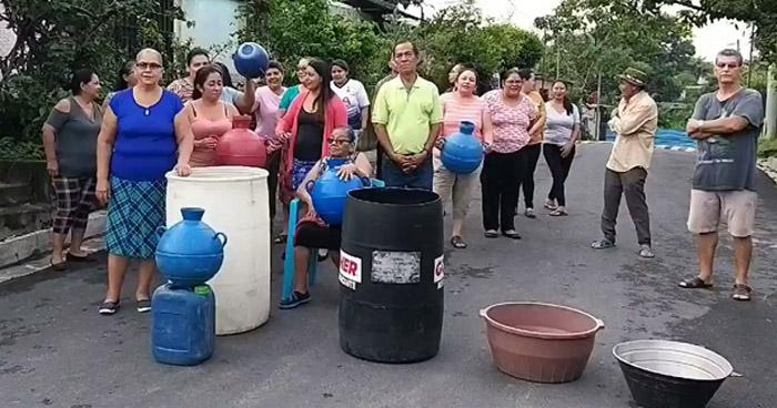 Habitantes de diferentes colonias de Apopa denuncian falta de agua