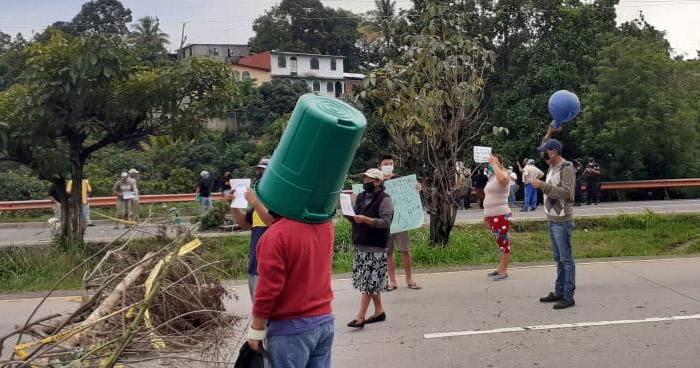 Rompen cuarentena domiciliar para protestar por falta de agua potable