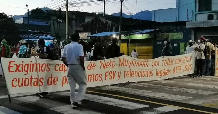 Sindicalistas cierran Alameda Juan Pablo II en protesta contra el alcalde de San Salvador
