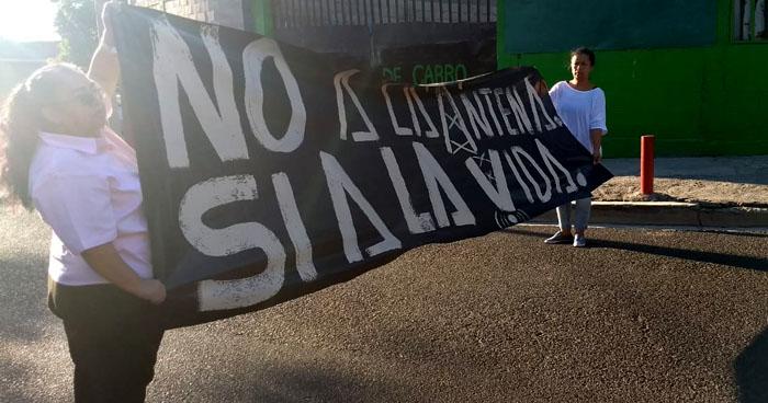 Cierran calle alterna al Bulevar del Ejército por protesta debido a instalación de antena en Soyapango