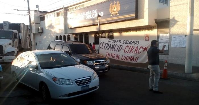 Empleados de la Alcaldía de Ciudad Delgado suspenden labores en acción de protesta