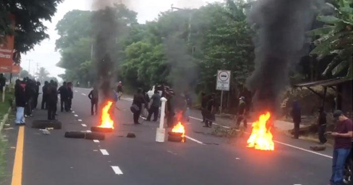 Excombatientes protestan con quema de llantas y bloquean paso vehicular en carretera de Sonsonate