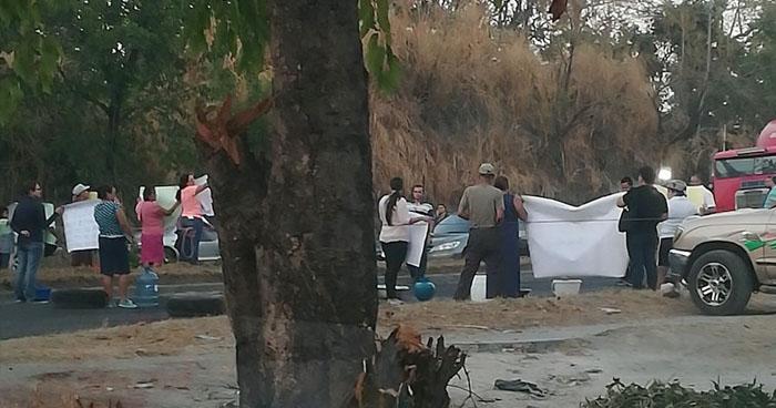 Bloquean carretera de Oro en protesta por falta de agua