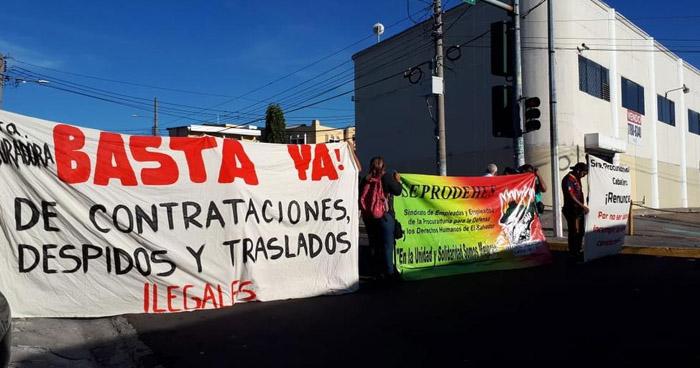 Sindicalistas de la PDDH cierra calle frente al Tribunal de Servicio Civil en acción de protesta