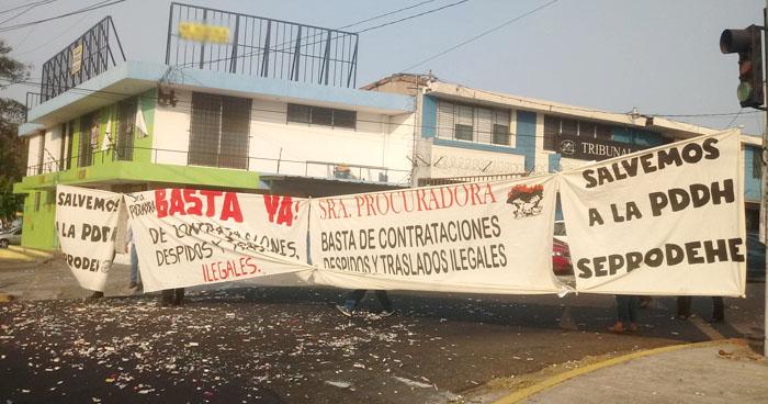 Sindicalistas de la PDDH protestan por despidos injustificados y traslados ilegales