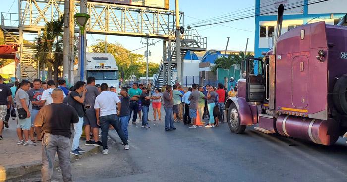 Bloquean paso en carretera Litoral del Puerto de La Libertad en protesta